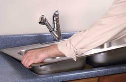 Сантехник в Сургуте. Услуги сантехника – установка раковины на кухне